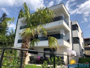 Apartmani sa panoramskim pogledom i bazenom prvi red mora