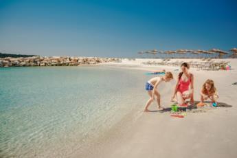 8. Klein aber oho der Sandstrand Maro mit Blick auf die Altstadt von Porec