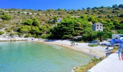 16. Entdecken Sie den Sandstrand Porat auf der Insel Bisevo und schwimmen im türkisfarbenen Meer